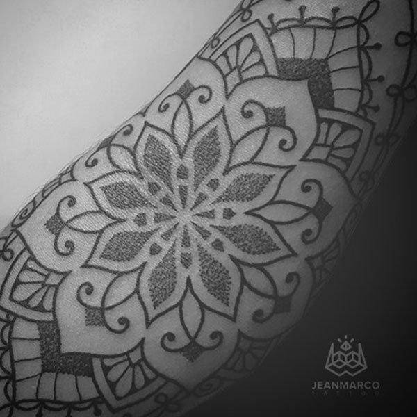 Tatuaje Ornamental estilo Henna por Jeanmarco en Baltasar Tattoo Arganzuela Madrid