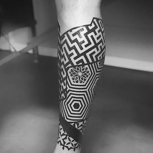 Tatuajes abstractos espinilla geometrica en dotwork por Jeanmarco en Madrid