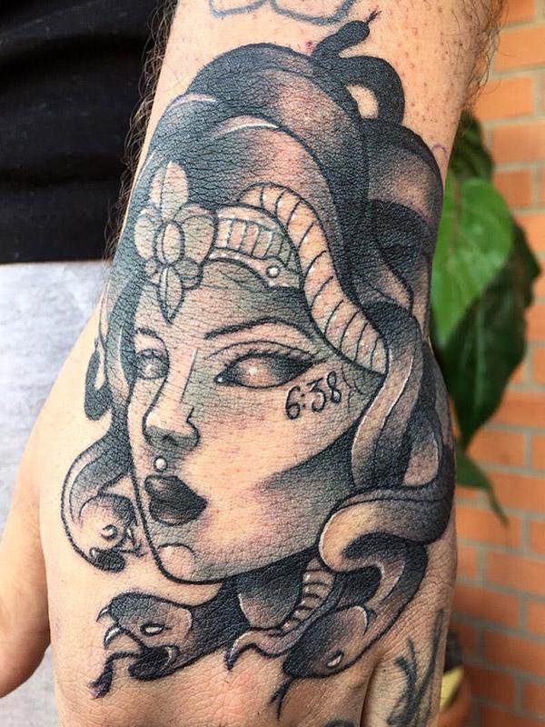 Tatuaje de medusa Neotradicional en Madrid por Vink