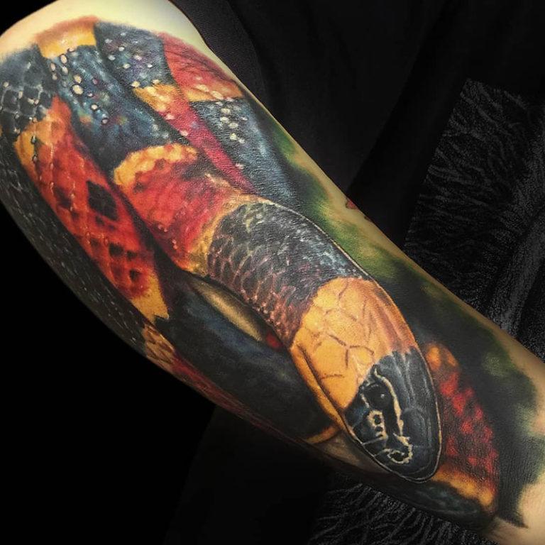 Tatuaje de serpiente a color realista por David