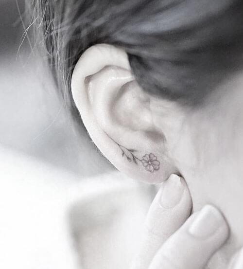 Tatuaje de Florecita en la oreja, Baltasar Tattoo Madrid