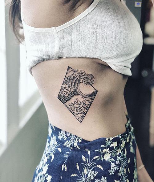 Tatuaje ola de Kanagawa en el costado, hecho en Madriz