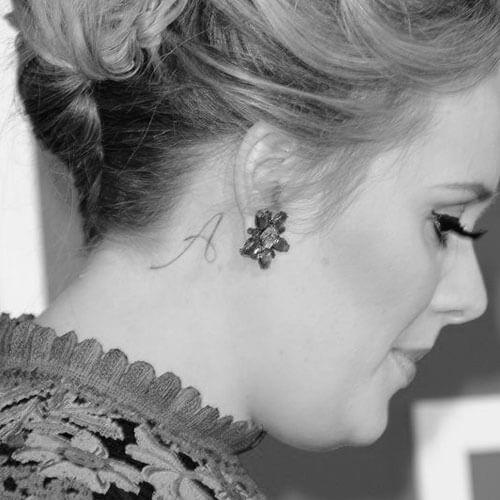Adele Tatuaje detrás de la oreja