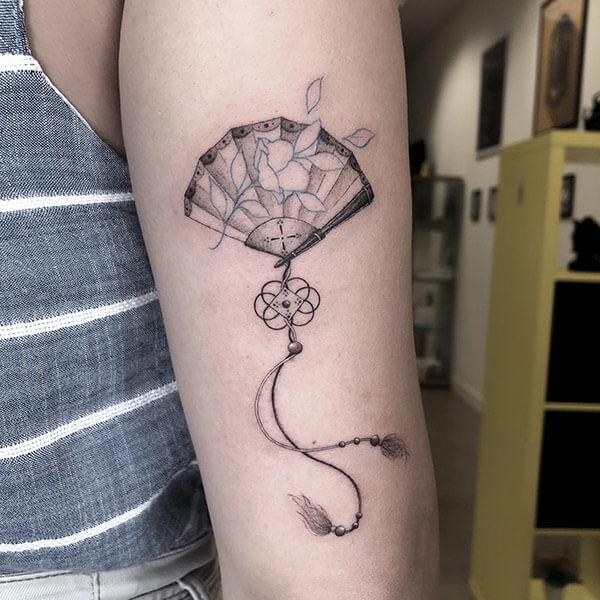 tatuaje de abanico linea fina madrid