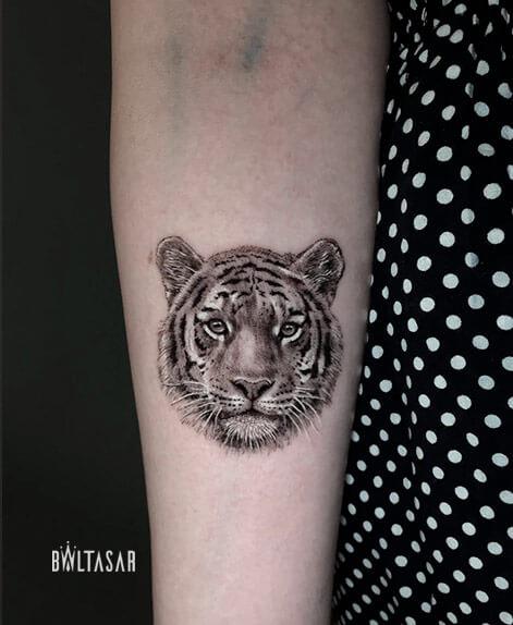 tatuaje de tigre microrealista