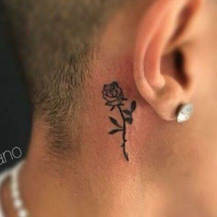 tatuaje bonito para hombre de rosa detras de la oreja