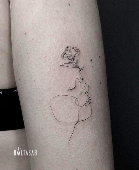 Tatuaje lineas finas en one line en Madrid