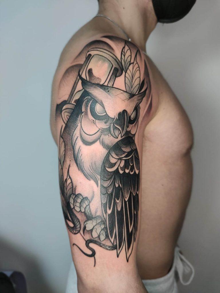 tatuaje neotradional en blanco y negro de buho en madrid