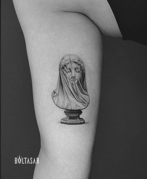 Tattoo de estatua microrealista realizado en Madriz