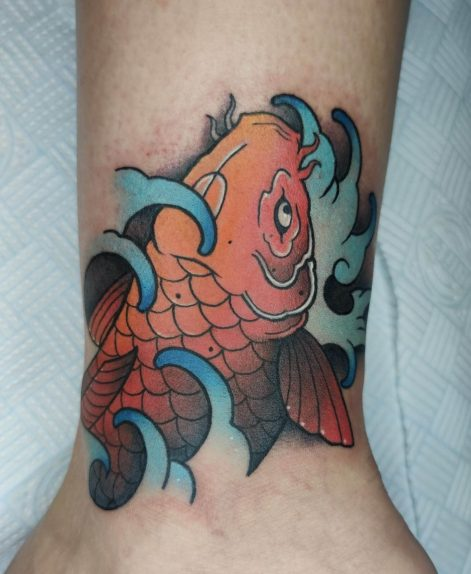 tatuaje neo japones de pez koi a color