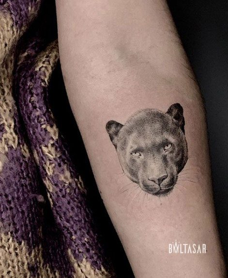 tattoo de pantera en micro-realismo
