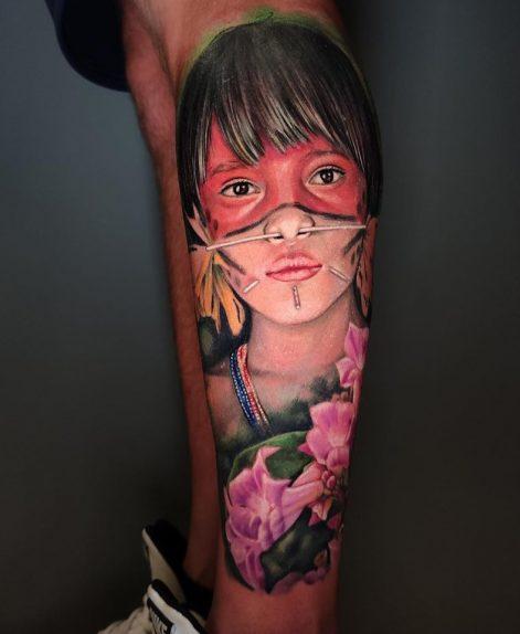 Tatuaje realista de rostro de mujer indigena en Madrid