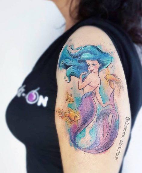 tatuaje estilo acuarela de sirenita en Madrid